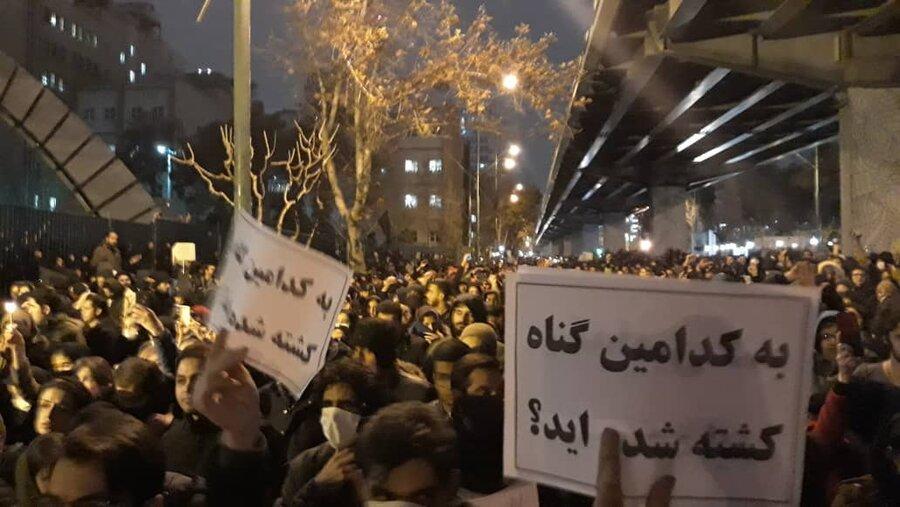 تصاویر ، تجمع در اعتراض به سقوط هواپیما در مقابل دو دانشگاه تهران