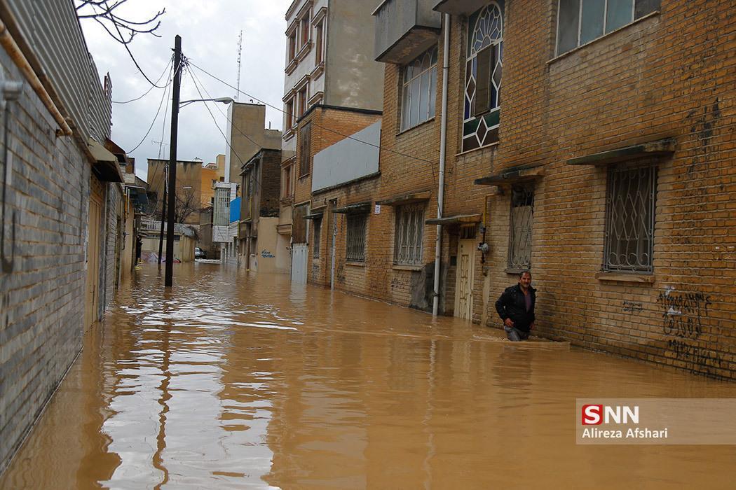 خسارات سیلاب در نورآباد بیش از سایر مناطق بوده ، جهادگران لرستانى مشغول پاکسازى منازل مسکونى هستند